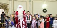 600 детей этнокультурных объединений Алматы водили хоровод вокруг новогодней елки