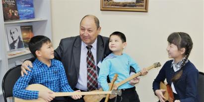 Қарағандыдағы Достық үйінде танымал шебер 100 жылдық тарихы бар домбырамен шеберлік сыныбын өткізді