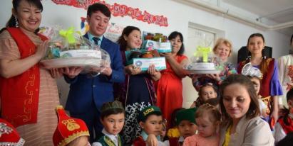30 литров варенья и солений вручил Дом Дружбы Костаная Центру адаптации для женщин и детей