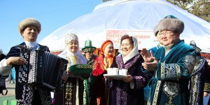 Павлодарская АНК продемонстрировала обычаи казахского гостеприимства новосёлам из Монголии и Китая